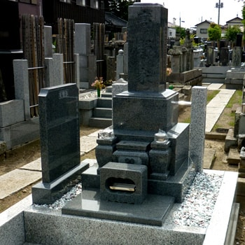 G654御影石和型墓石の建立例